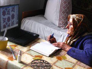 Анна Бойко перемальовує схему вишиванки з ноутбука