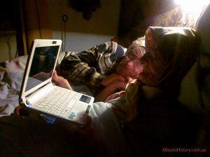 Дід і бабця дивляться фотографії онуків