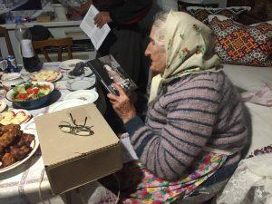 """Вручення бабусі книжки спогадів """"Історія життя Анни Бойко"""" до дня її народження"""